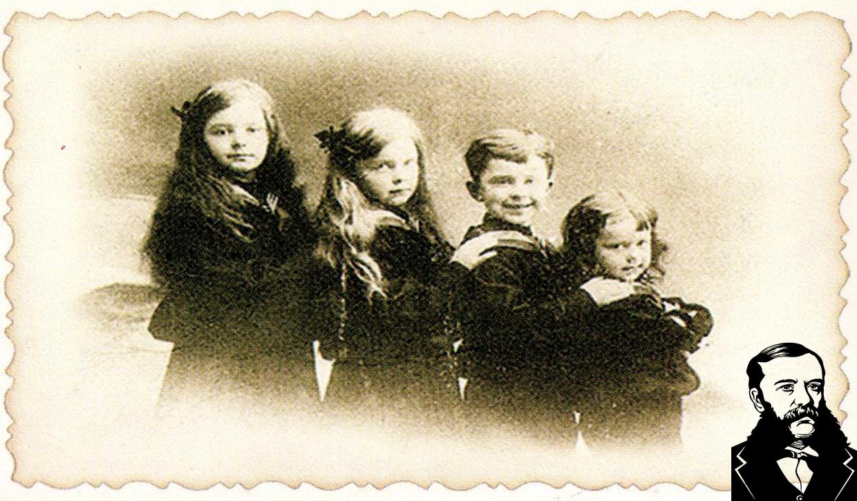 Дети Кароля-Яна-Александра фон Гуттен-Чапского от Леонтины-Марии-Франциски Пусловской. Слева на право: Фабиана ((Годлевская) бабушка Эдуардо Арандо Годлевского. Жила в Мадриде), Елизавета-Мария-Регина-Габриэла ((Молл) жила в Станьково до 1924 г, затем под Прилуками в д.Заболотье. Бабушка А.А.Нехайчика. Умерла в 1991 году. Похоронена под Прилуками), Эмерик-Август-Войтех (жил в Риме, был главой дома Гуттен-Чапских, не женат, умер бездетным), Войтех-Богдан-Леон (погиб в 1936 г. под Смоленском в Катыни).Фото из книги.