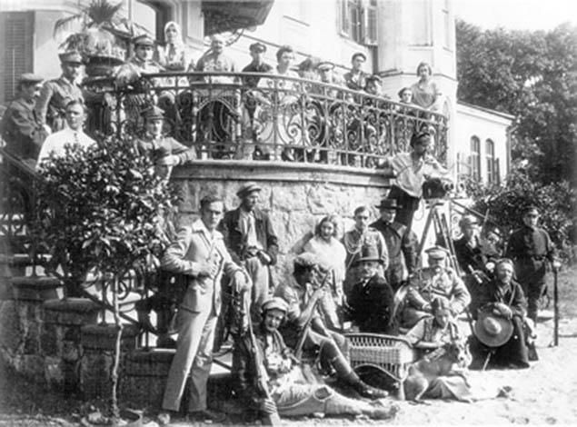 На съёмках фильма «Лесная быль». Съёмочная группа и актёры возле дворца Гуттен-Чапских. Реж: Юрий Тарич. Интересный факт: «Лесная быль» был из первых художественных фильмов снятый в Белорусской ССР.