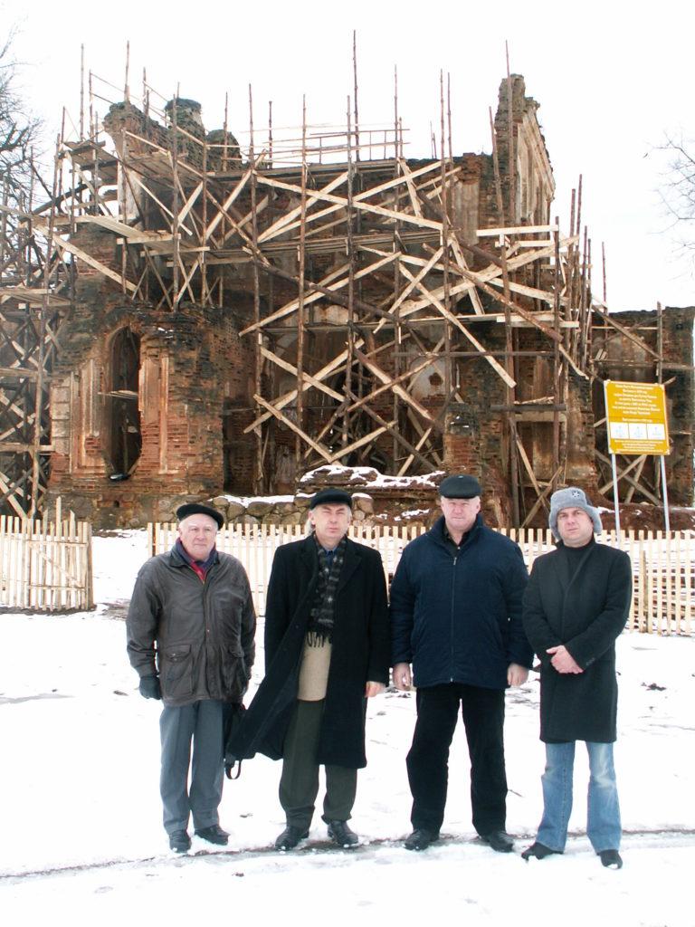 А.И.Валаханович (слева) в марте 2006 года у стен Свято-Николаевского храма с группой паломников. Фото из личного архива О.И.Маслиева